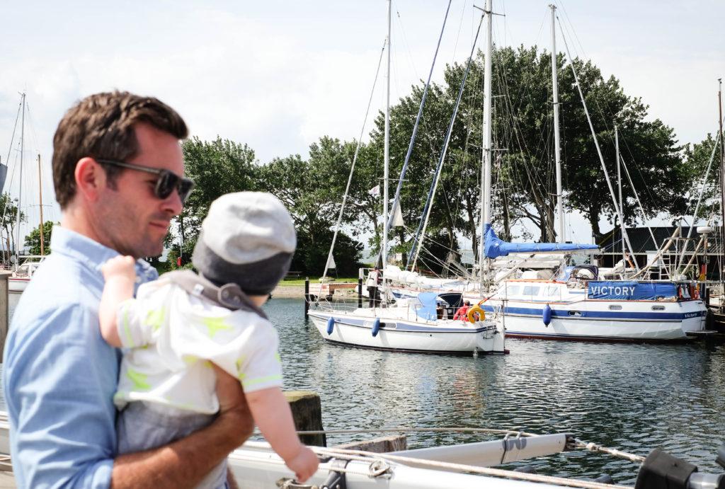Im Hafen von Orth auf Fehmarn können Vater und Sohn viele Segelschiffe gucken.
