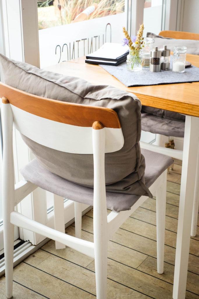 In der Quintings Burger Bar auf Fehmarn wurde selbst Hand angelegt. Mit viel liebe zum Detail haben die zwei Inhaberinnen zum Beispiel sämtliche Stühle selbst weiß lackiert.