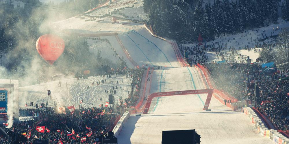 Der Zieleinlauf aus Sicht der Vip Tribüne beim Hahnenkamm Rennen in Kitzbühel