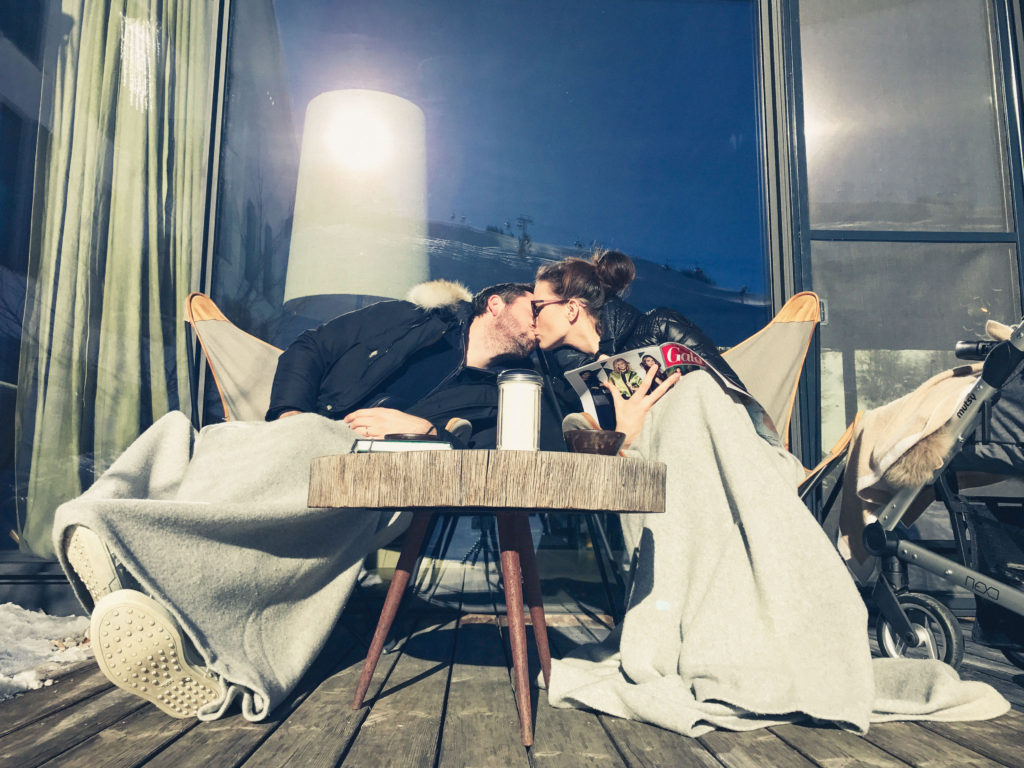Kaffeepause mit Kuss im Hotel Wiesergut