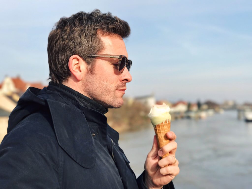 Frühling - Schauspieler Jan Hartmann mit Eis auf der Steinernen Brücke in Regensburg