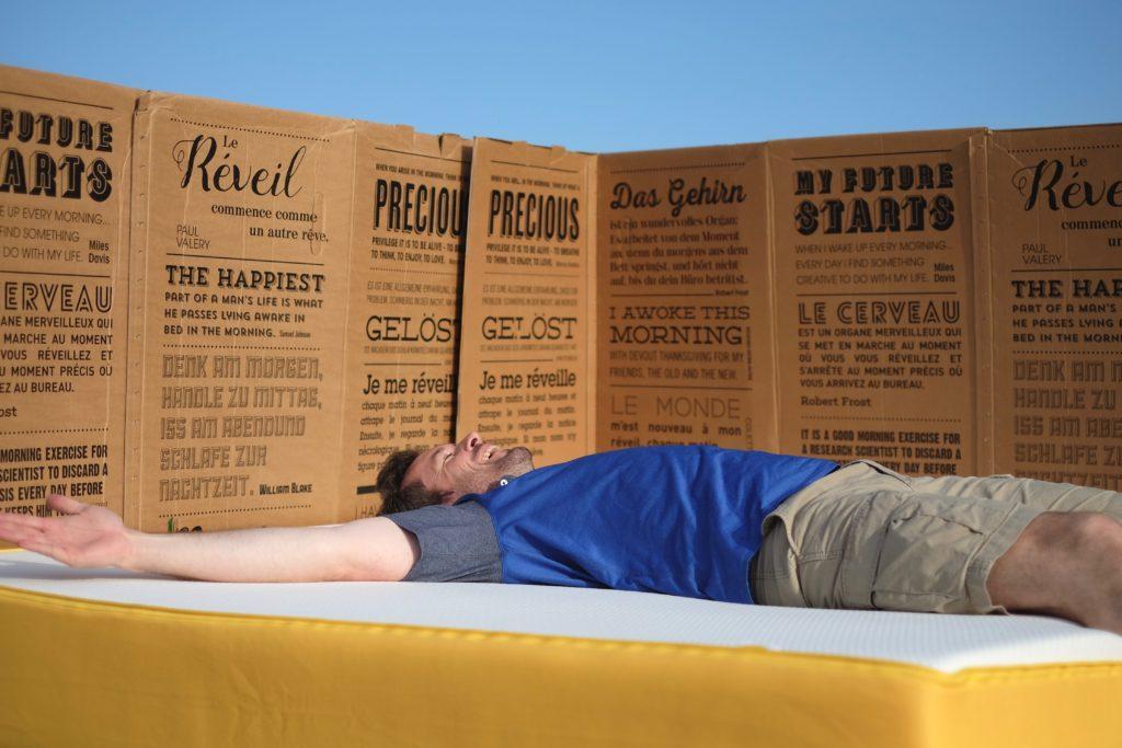 Jan Hartmann entspannt auf seiner eve Matratze