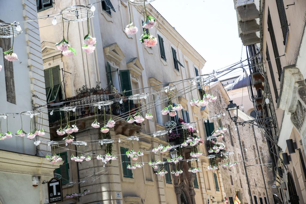 mit Blumen geschmückte Straßen in Alghero, Sardinien