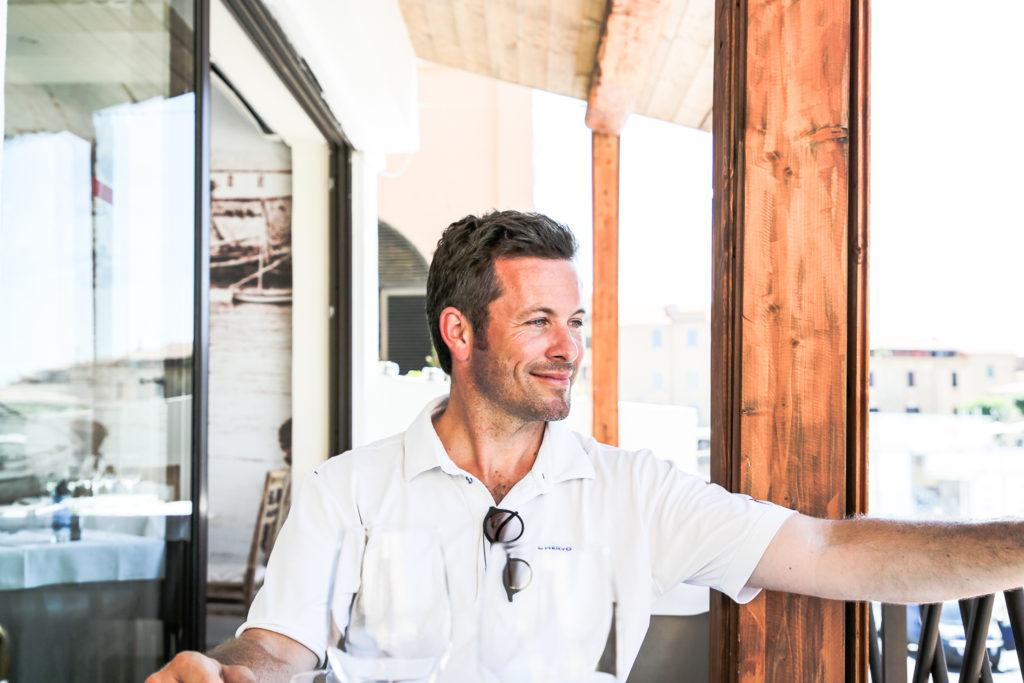 Jan Hartmann blickt auf den Hafen von Alghero, Sardinien