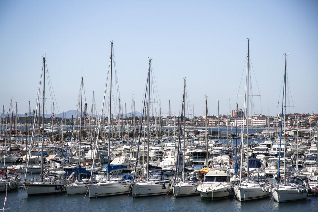 Blick auf Segelboote im Hafen von Alghero, Sardinien