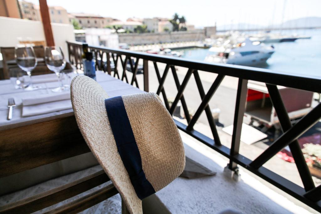 Hut im Restaurant Nautilus im Hafen von Alghero