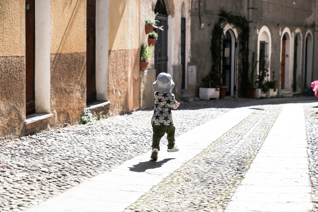 Nikolas läuft durch Algheros Gassen