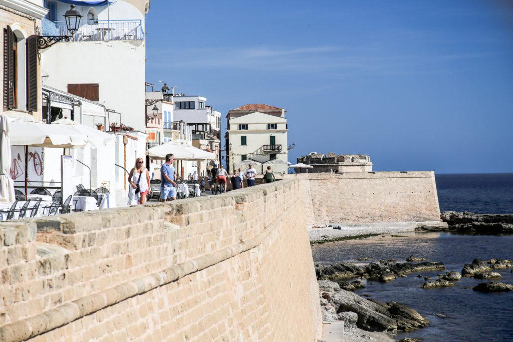 Blick auf die historische Stadtmauer von Alghero