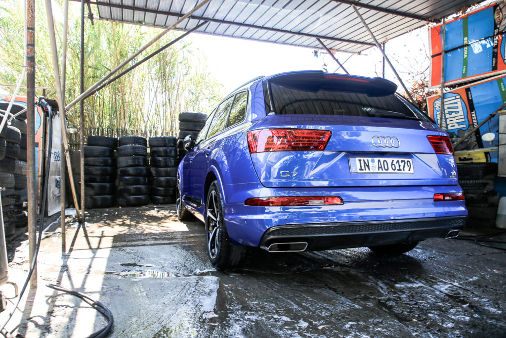 Audi Q7 nach Autowäsche auf Sardinien, Italien