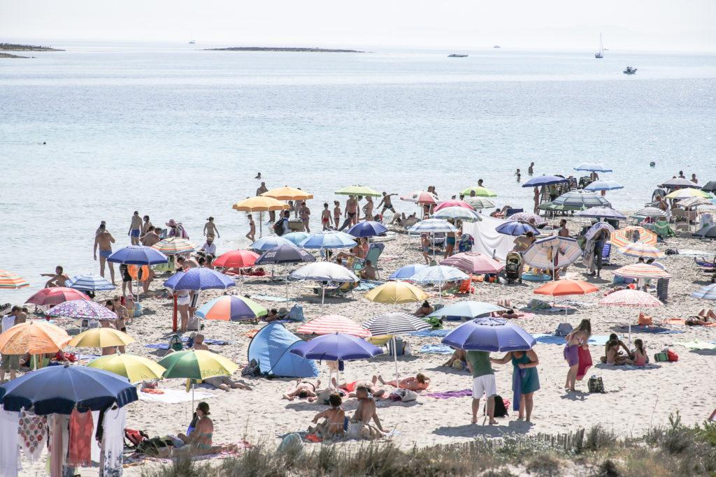voller Strand in Stintino am Vormittag